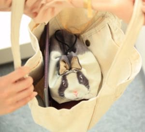 バッグをのぞけば目が合うキュートさ、 おでかけにも連れ歩いてください。