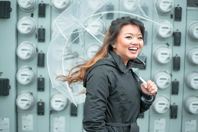 傘をもつ女性