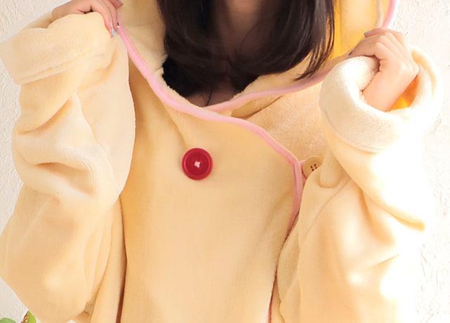 胸元にはコリラックマの赤いボタンがついてます