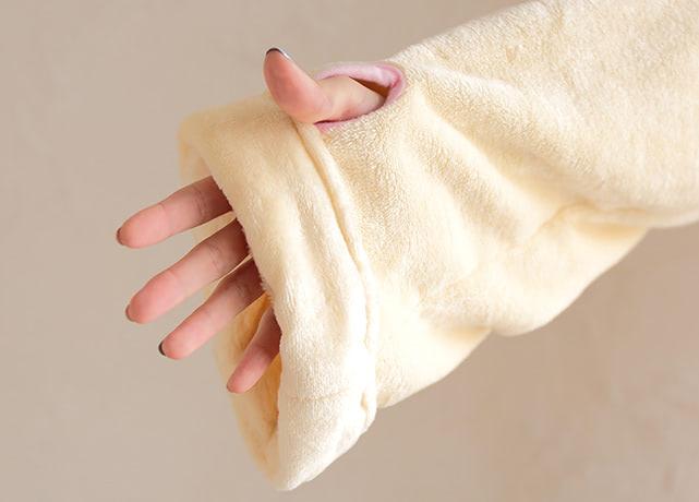 親指ホール付きで、 手元はぽかぽか(袖はまくって止められます)