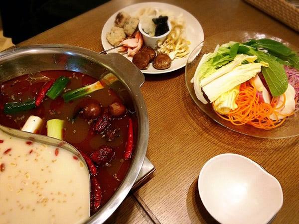 スープは1つの鍋で豆乳ベースと辛味ベースに分かれています。どちらも野菜やキノコ、生薬などのうまみが凝縮された極上の味わい!